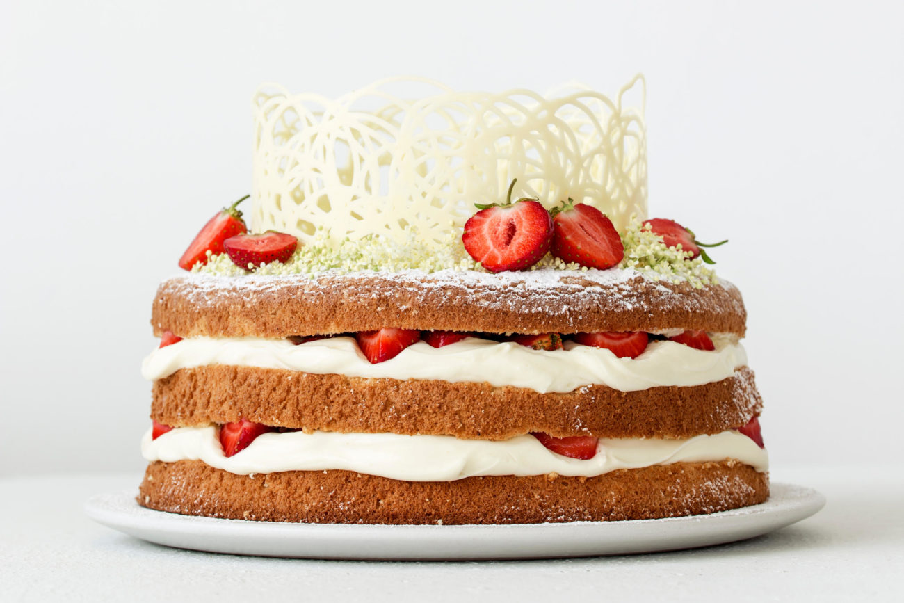 Hyldeblomstlagkage med jordbær og hvid chokolade