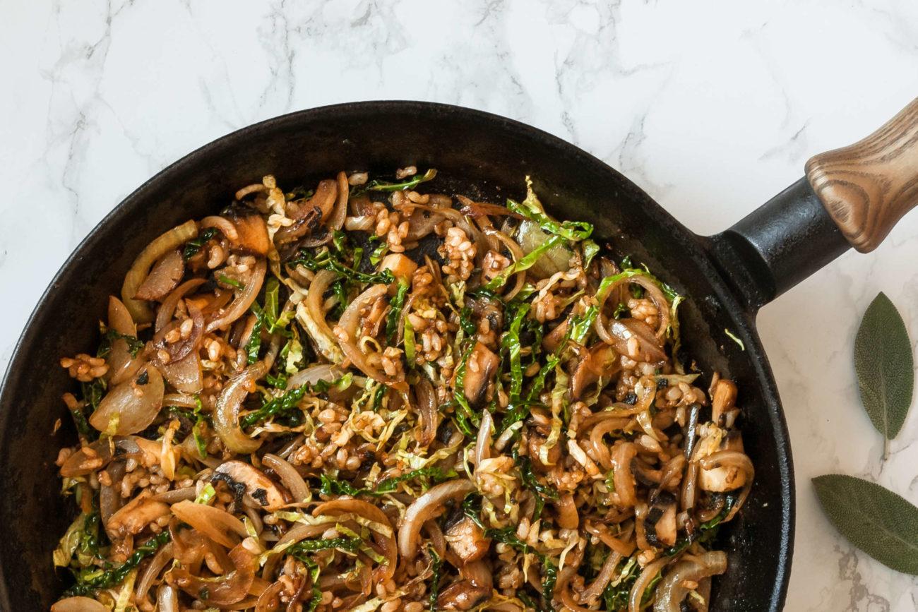 Stegte ris med savoykål og svampe