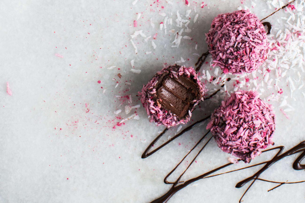 Chokoladetrøfler med hindbær og kokos