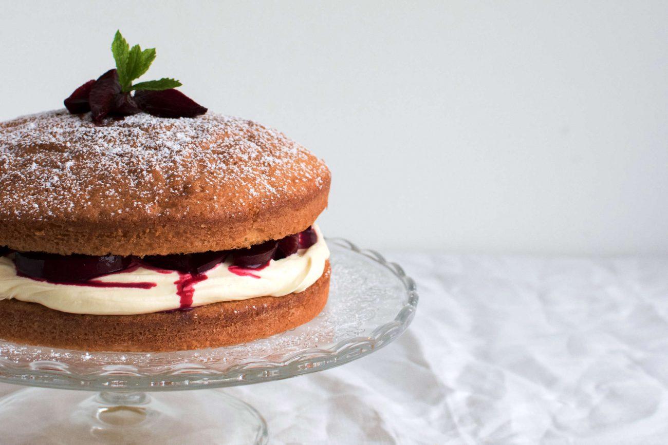 Victoria sponge cake med hvid chokolade creme og bagte blommer