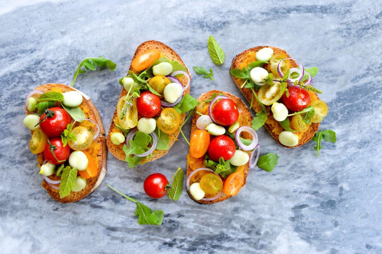 Bruschetta med græskarmos, tomater, hestebønner og mynte