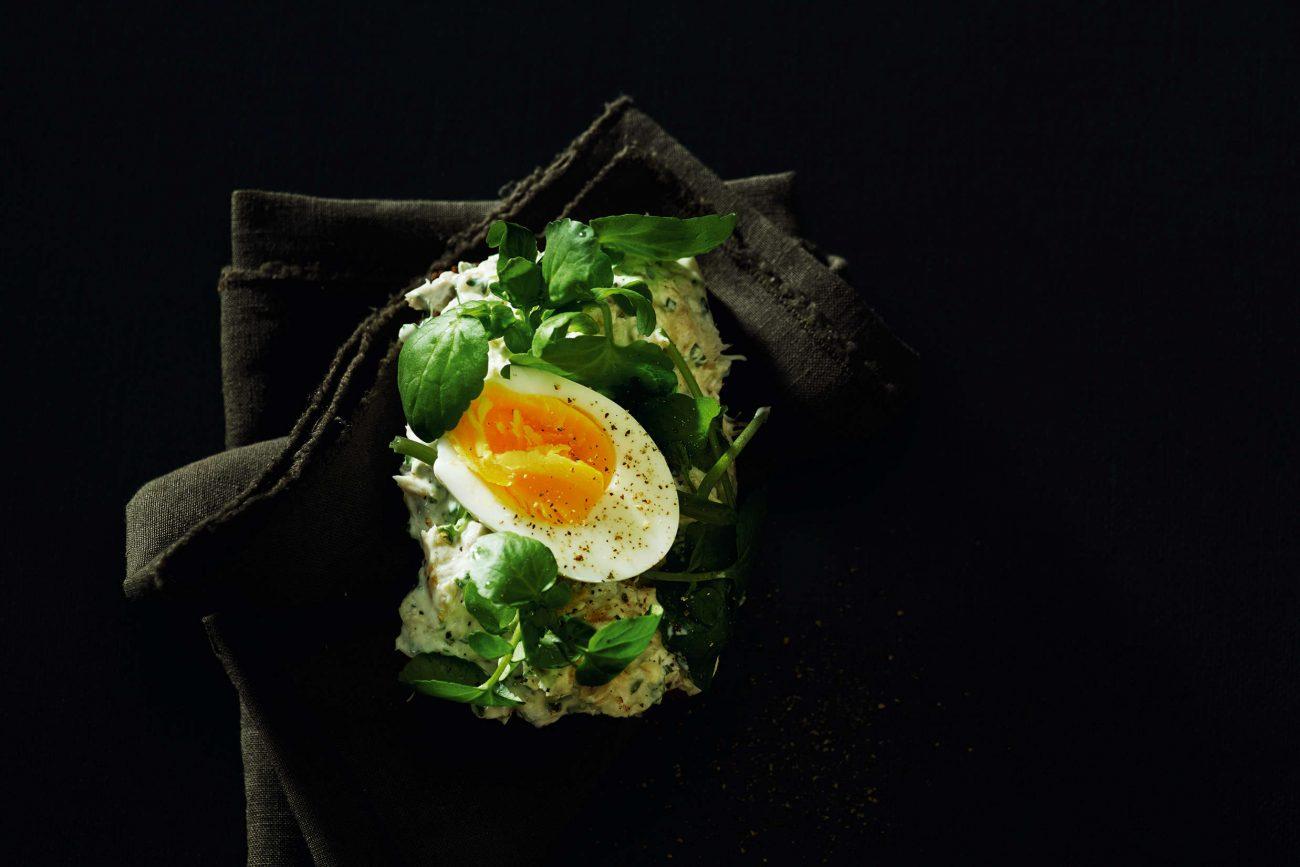 Varmrøget sild med æg og urtecreme