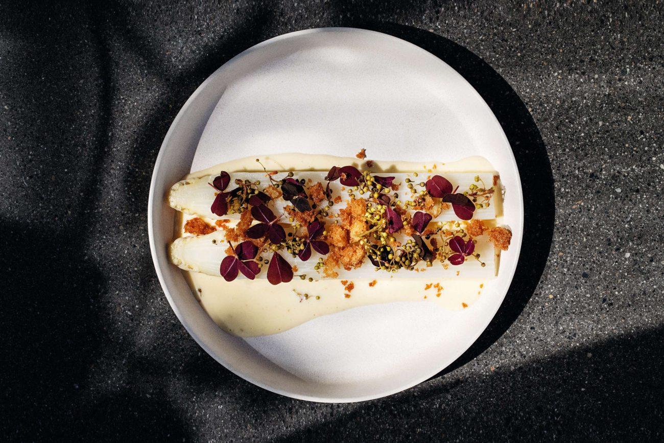 Hvide asparges i sauce blanquette