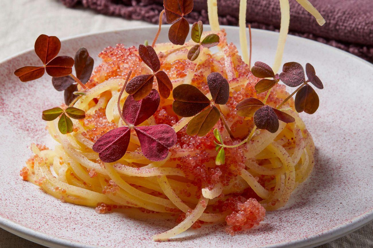 Kartoffelpasta med stenbiderrogn og hibiscus