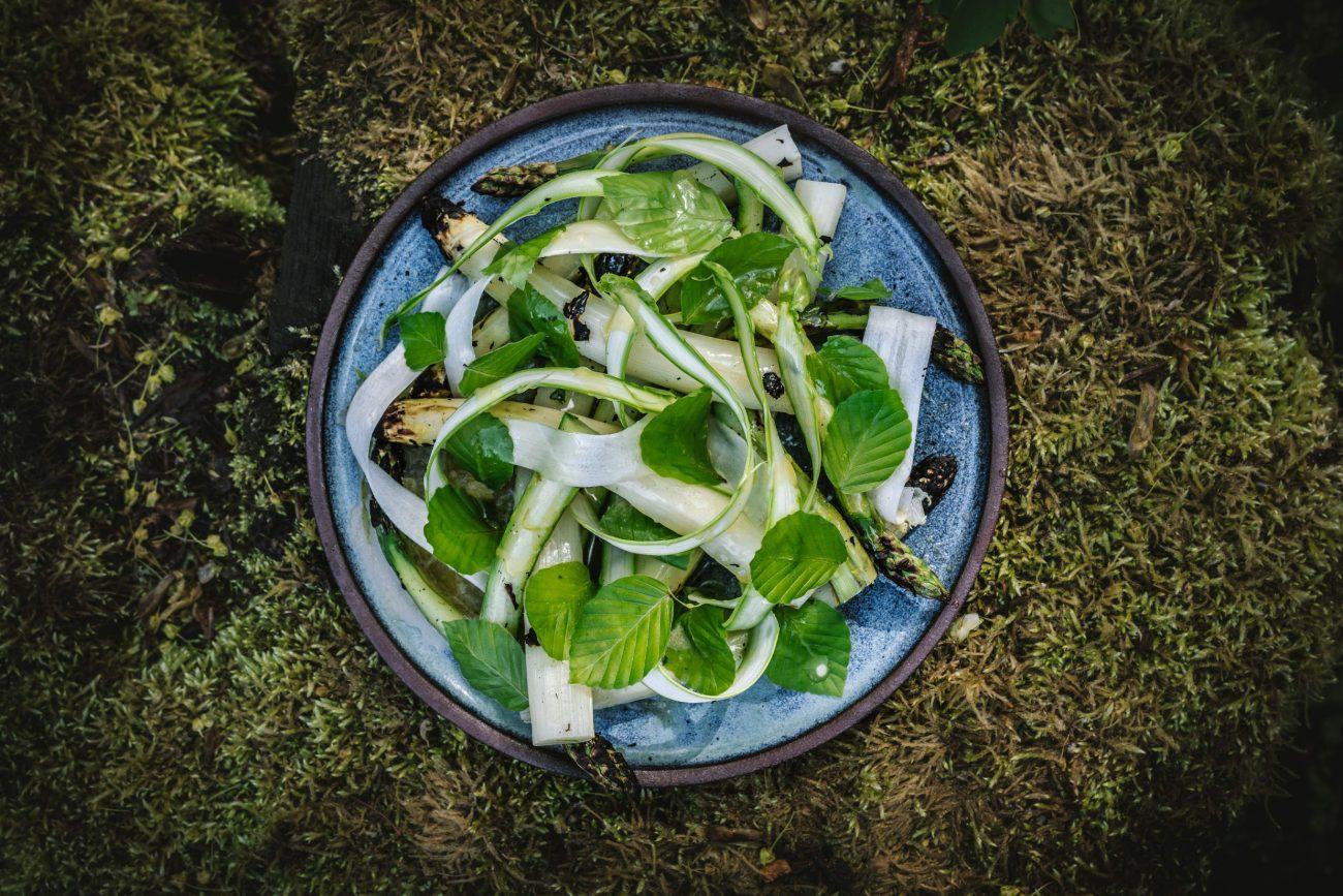 Asparges med bøgeblade og røget smørvinaigrette