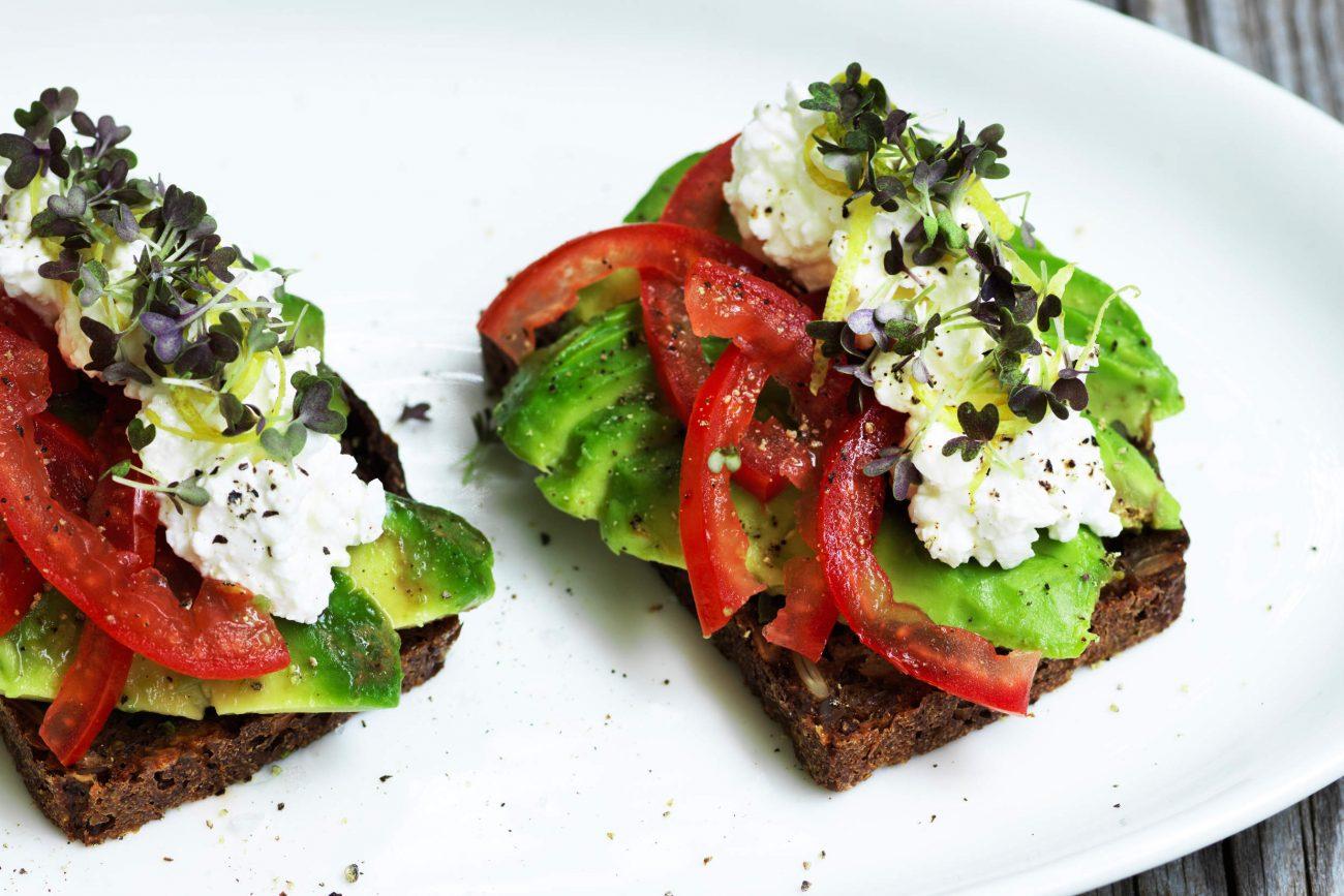 Tomat, avocado og hytteost