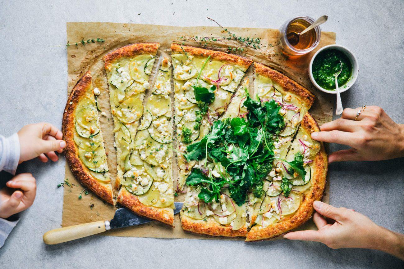 Blomkålspizza med kartoffel, courgette og feta