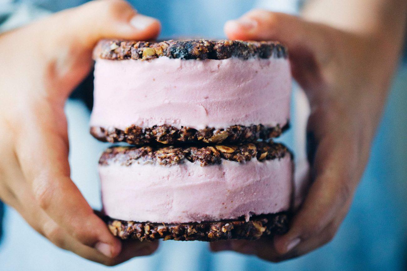 Cookie-issandwich med chokolade og hindbær