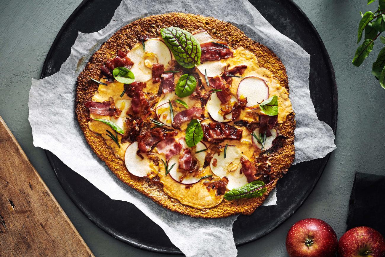 Græskarpizza med æble, bacon og bløde løg