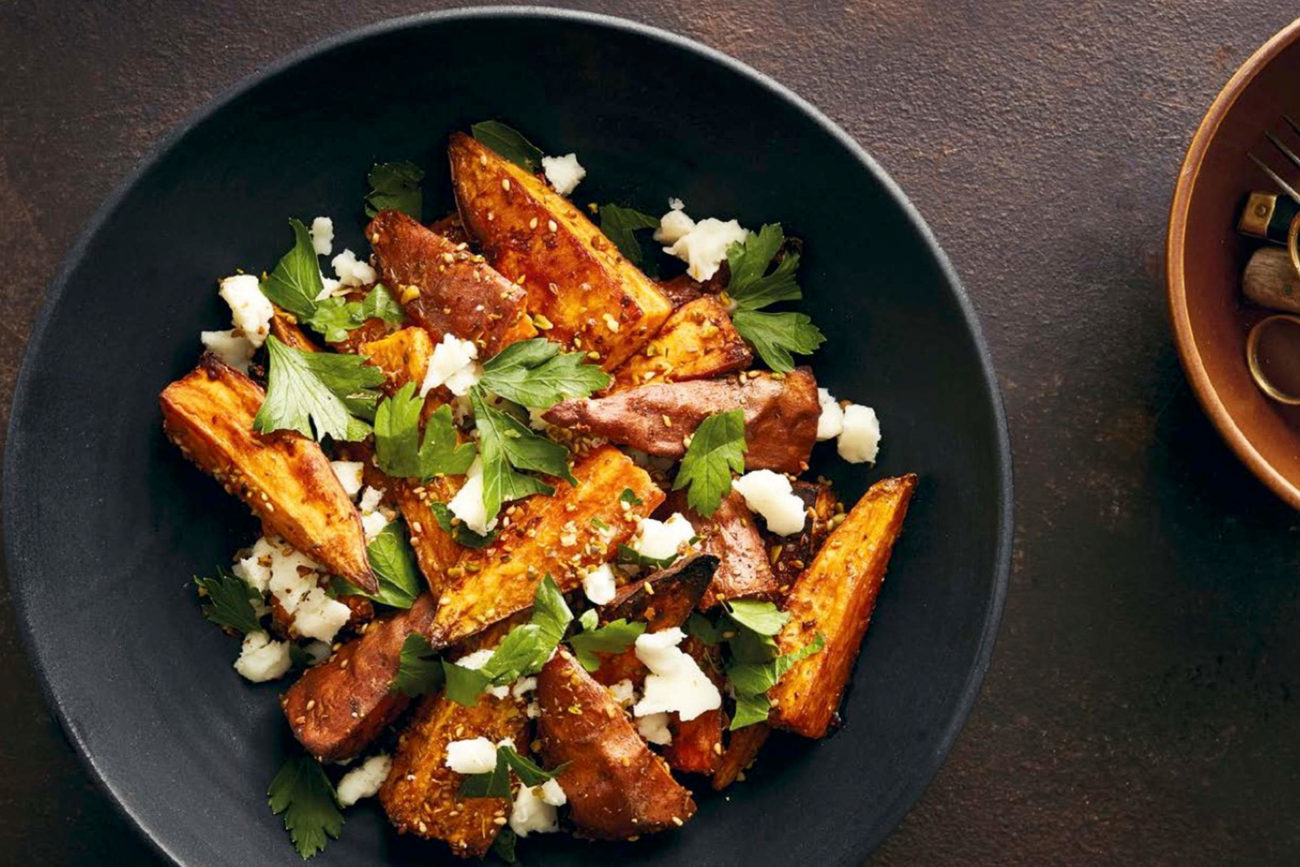 Bagte søde kartofler med pistacie-dukkah og gedeost