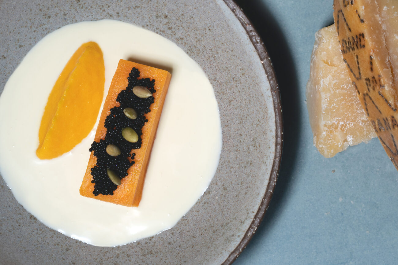 Caviar, ostecrème af Grana Padano, bagt græskar, græskarkerner og fløde parfumeret med hybenroseeddike