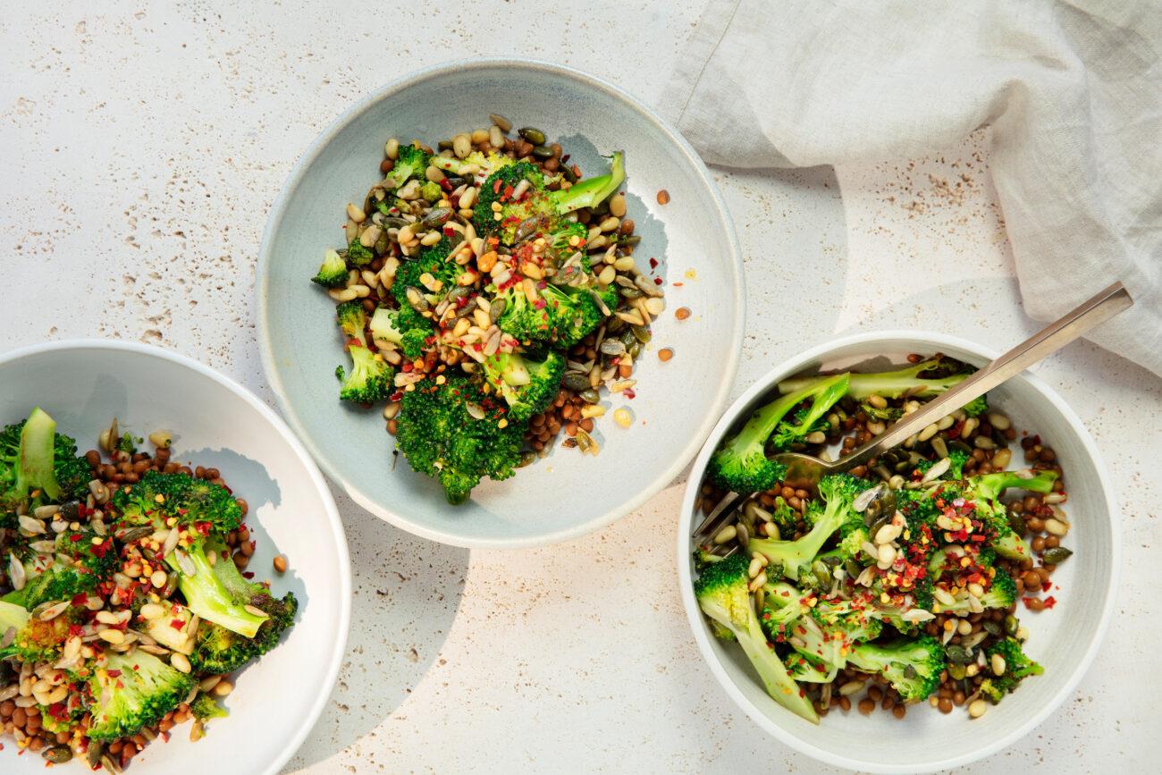 Broccolisalat med ristede kerner og linser