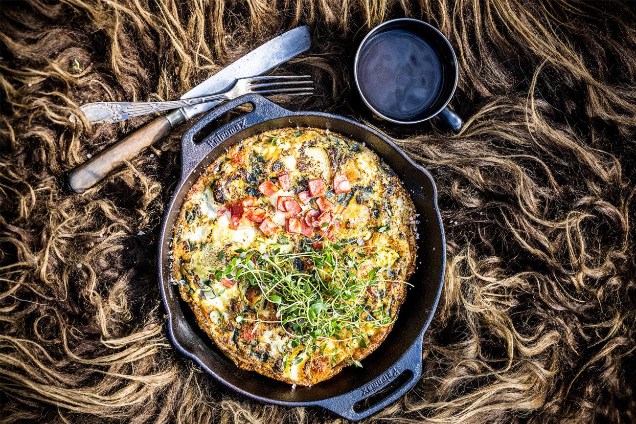 Bålmad: Tortilla med chorizo og frisk timian