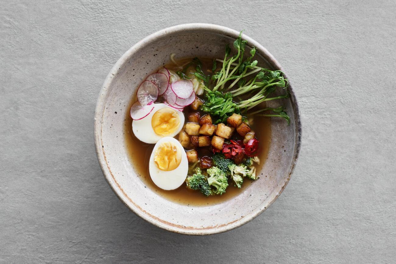 Ramen med grillet tempeh, broccoli, chili og smilende æg