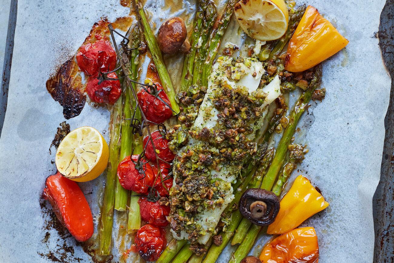 Torsk med pistacie-topping og farverige grøntsager