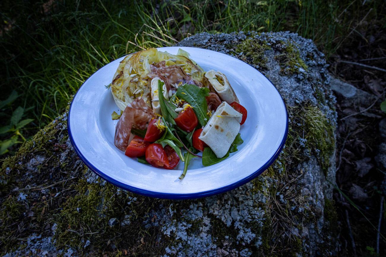 Salat med gedeostebrød, multebær og charcuteri